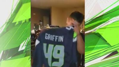 ¡Conmovedor! Niño sin una mano rompe en llanto al recibir el uniforme de su ídolo Shaquem Griffin