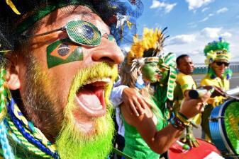 Dos estilos y una sola alegría entre los seguidores de Brasil y Serbia