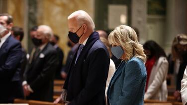 Biden en la mira: obispos católicos aprueban medida para negar la comunión a políticos pro-aborto