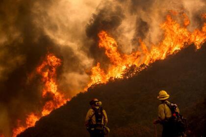 """Al sur del Área de la Bahía <a href=""""https://twitter.com/CALFIREBEU/status/1295197717732290560"""" target=""""_blank"""">el incendio River</a>, en el condado de Salinas, está controlado en 10% y ha calcinado 4,070 acres de vegetación."""