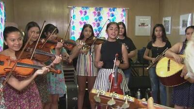 El grupo 'Rosas Del Tepeyac' se prepara para ganar el concurso anual de mariachis en la feria estatal de Sacramento