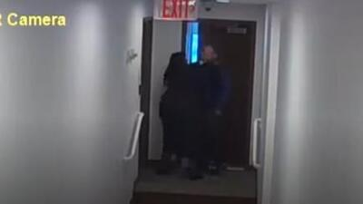 En video: el momento en que una juez de Florida toma por el cuello a un empleado