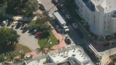 Muere un trabajador de la construcción al caer 12 pies en un edificio de Miami Beach