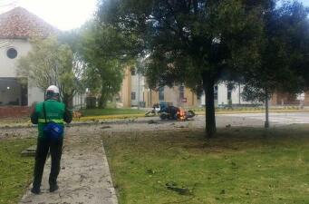 En fotos: Estalla un carro bomba en la principal escuela de policías de Bogotá y deja al menos 8 muertos