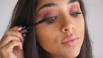 Maquilla tus ojos color vino para lucir como una estrella