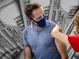 Realizan el primer sorteo de premios de $50,000 para los californianos vacunados