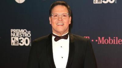 Raúl González regresa a Univision y sorprende desfilando por la alfombra magenta de Premio Lo Nuestro