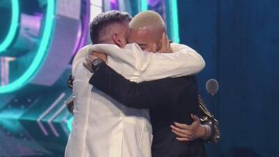 Con un emotivo abrazo en familia Maluma celebra su premio como 'Agente de cambio'