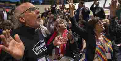 Líderes de la Iglesia Metodista Unida proponen dividirse tras tensiones sobre el matrimonio entre personas del mismo sexo