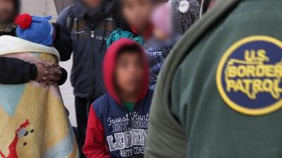 Denuncian que Patrulla Fronteriza continúa separando a niños de sus padres en la frontera
