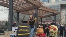 """""""Rally por la solidaridad"""": miembros de la comunidad se reúnen para denunciar el discurso racista y de odio en Chinatown"""