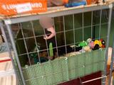Encuentran a un niño de menos de 2 años encerrado en una jaula llena de cucarachas, heces y orina y rodeado de animales peligrosos