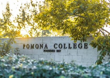 <b>Pomona College (38º a nivel nacional)</b> <br> <b>Costo estimado anual sin ayuda financiera: </b>$73,600 <br> <b>Costo estimado anual con ayuda financiera: </b>$17,700 <br> <b>% estudiantes obtienen becas: </b>61% <br> <b>% graduación:</b> 94% <br> <b>Salario promedio anual estimado:</b> $56,600