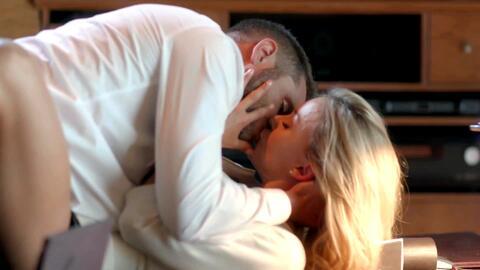 'Amar a muerte' - Johny casi descubre el romance entre Lucía y Jacobo - Escena del día