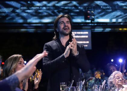 Juanes no ocultaba su emoción cada vez que uno de sus reconocidos colegas culminaba una de sus canciones, y se ponía en pie para aplaudir el espéctaculo que, como es tradición, no se retransmite por televisión, algo que lo convierte más aún en un momento especial y privado.