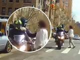 Captado en video: ladrón en moto arranca collar a una mujer en una calle del Alto Manhattan