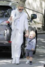 Fergie sale de paseo con el pequeño Axl