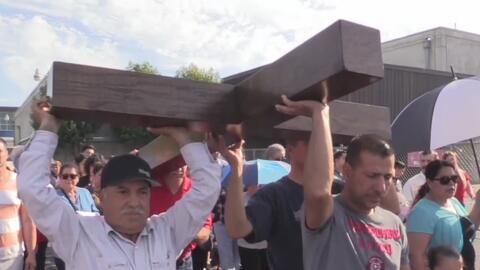 Cientos de feligreses en Modesto recuerdan la muerte de Jesucristo durante el Viernes Santo