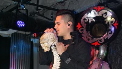 La razón por la cual Régulo Caro canta con un esqueleto en el escenario