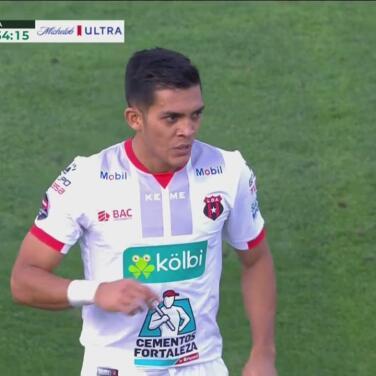 ¡Responde Alajuelense! Adrián Martínez raspa la red por fuera