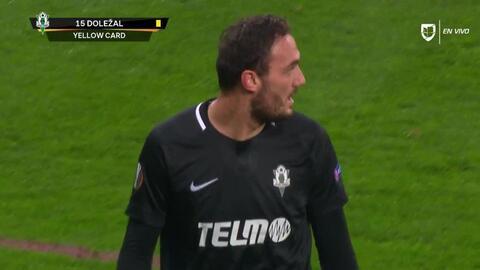 Tarjeta amarilla. El árbitro amonesta a Martin Dolezal de FK Jablonec