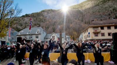 La ciudad que recibe la luz del sol reflejada por espejos desde una montaña (fotos)