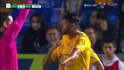 Tarjeta amarilla. El árbitro amonesta a Jair Díaz de Tigres