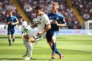 FRANKFURT AM MAIN, GERMANY - MAY 05: Carlos Salcedo of Frankfurt (l) fights for the ball with Lewis Holtby of Hamburg during the Bundesliga match between Eintracht Frankfurt and Hamburger SV at Commerzbank-Arena on May 5, 2018 in Frankfurt am Main, Germany. (Photo by Alex Grimm/Bongarts/Getty Images)