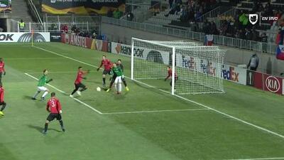 Jakub Povazanec saca de banda y pone el balón en juego
