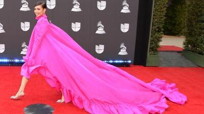 ¿Sofía Carson llegó en paracaídas? Las críticas por su look terminaron colocándola entre las mejor vestidas