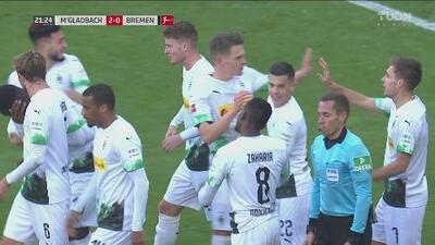 ¡Los defensas del Bremen parecían escoltas! Gran definición de Herrmann para el 2-0