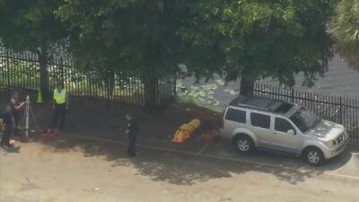 Una anciana muere tras caer a un lago mientras intentaba estacionar su auto en Hialeah, según reportes