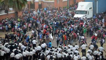 """""""Me pegaron una pedrada"""": migrantes de una nueva caravana son reprimidos por la policía al intentar cruzar Guatemala"""