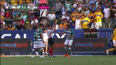 Tarjeta amarilla. El árbitro amonesta a Gerardo Alcoba de Santos Laguna