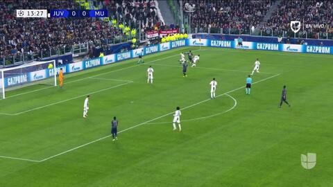 Giorgio Chiellini despeja el balón y aleja el peligro
