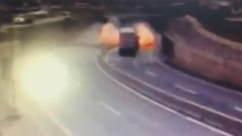 Camión cargado de azufre se convierte en una bola de fuego tras volcarse en Chile