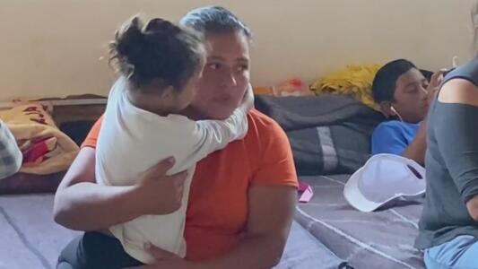 """""""No es fácil"""": las lágrimas de migrantes expulsados de EEUU a Tijuana"""