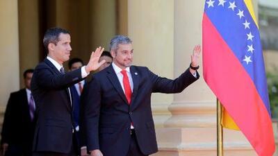Guaidó se reúne con el presidente de Paraguay, mientras en Venezuela crece la expectativa por su regreso