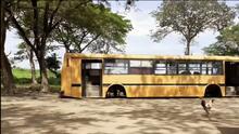 Una familia venezolana azotada por la pobreza vive en un viejo autobús a las orillas de una carretera