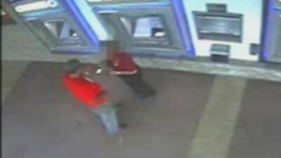 En video: Sospechoso asaltó a una mujer que hacía un depósito en un cajero de Miami-Dade