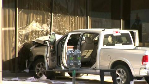 Identifican al conductor que estrelló su vehículo contra la estación de televisión Fox 4 en Dallas