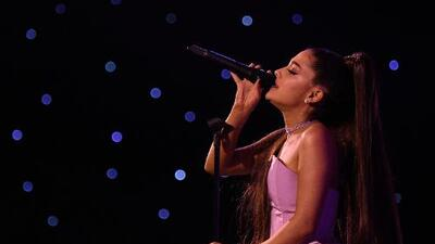 Ariana Grande tears up during Mac Miller tribute in Pittsburgh