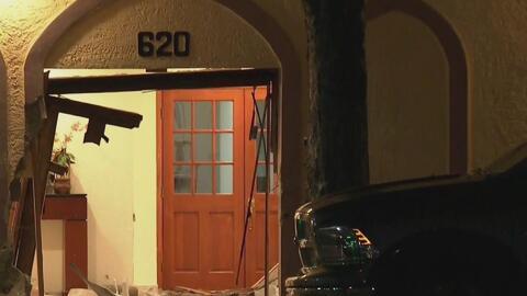 Policía busca a un conductor que estrelló su auto contra una iglesia y huyó del lugar