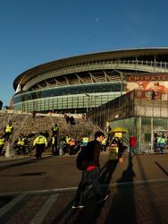 Con la idea de lograr remontar en su casa, miles de aficionados del Arsenal llegaron este jueves hasta el Emirates Stadium para vivir de primera mano la vuelta de los dieciseisavos de final entre su equipo y el BATE Borisov, quien gana la serie por 1-0.