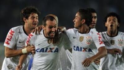 Corinthians pasó a octavos y Mineiro aplastó al Arsenal con faena de Ronaldinho