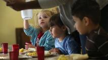 Anuncian ayuda alimentaria para familias de estudiantes de las Escuelas Públicas de Chicago