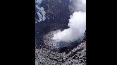 Así se ve y escucha el volcán Agung: unos escaladores se acercaron peligrosamente al cráter
