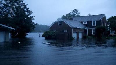 En un minuto: El huracán Florence toca tierra en Carolina del Norte