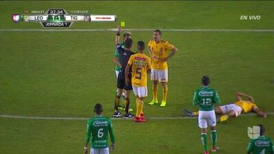 Tarjeta amarilla. El árbitro amonesta a Walter González de León