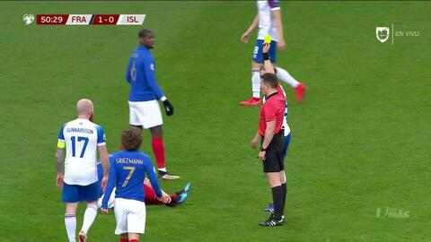 Tarjeta amarilla. El árbitro amonesta a Birkir Bjarnason de Iceland